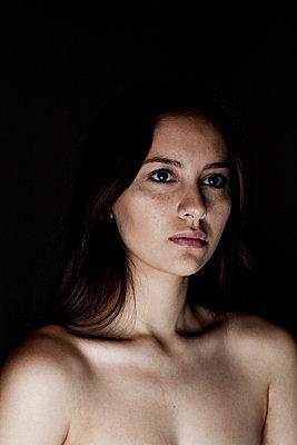 Portrait einer jungen Frau - p341m660662 von Mikesch