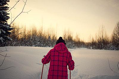 Teenage girl, cross country skiing, rear view, Chusovo, Russia - p429m1417865 by Chuvashov Maxim