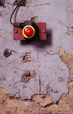 NOT Aus Schalter in einem ehemaligen Heizkraftwerk - p9791331 von Opelka
