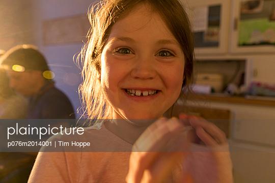 Lachendes Mädchen - p076m2014001 von Tim Hoppe