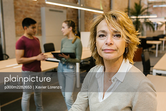 Barcelona, Catalonia, Spain - Mature businesswoman working with younger colleagues in office, team, startup, coworking, teamwork, business, coworker, opportunity - p300m2282653 von Xavier Lorenzo