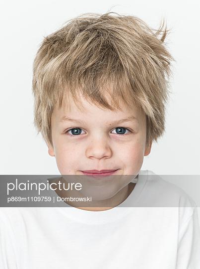 Portrait of blonde boy - p869m1109759 by Dombrowski
