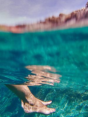 Spain, Catalonia, Cap de Creus, Womans feet in turquoise sea - p300m2199017 by Veam