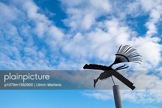 Vogelskulptur am Himmel - p1079m1552900 von Ulrich Mertens