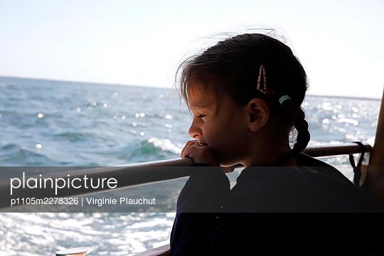 Little girl on a ship, portrait - p1105m2278326 by Virginie Plauchut