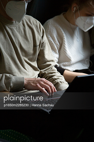 Mobile working in the train - p1650m2285230 by Hanna Sachau