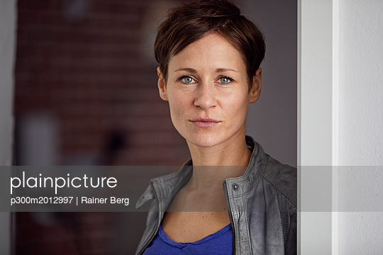 Portrait of an attractive, independent woman - p300m2012997 von Rainer Berg