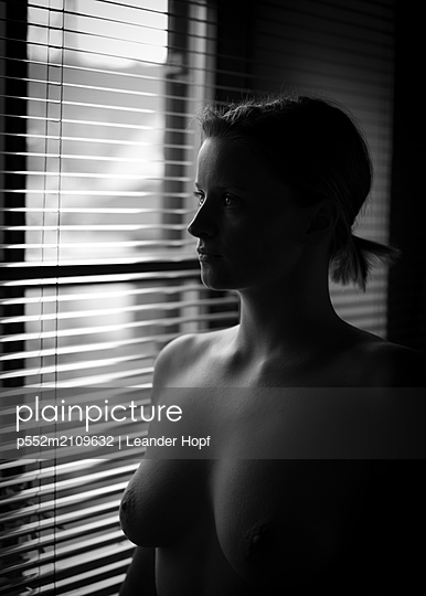 Nackte Frau am Fenster - p552m2109632 von Leander Hopf