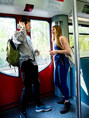 Junges Paar in der Bahn - p1212m1138851 von harry + lidy