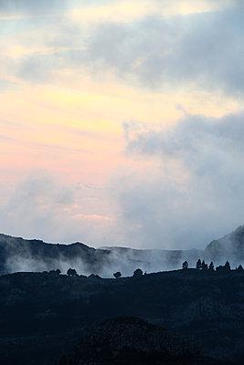 Morgenrot und Nebelschwaden in den Bergen von Gomera - p1643m2229394 von janice mersiovsky