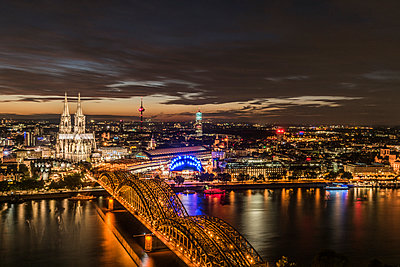 Cologne Rhine panorama at night - p401m1207767 by Frank Baquet