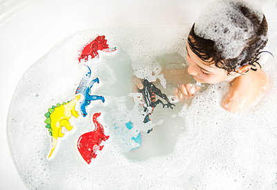 Boy playing with toys in bath, elevated view - p429m1417544 by Bonfanti Diego