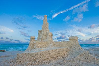Elaborate sand castle on beach - p555m1302168 by Jed Share/Kaoru Share