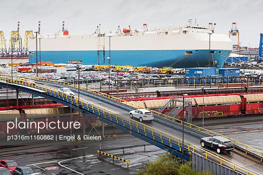 Be- und Entladen der Neufahrzeuge für den Export, Bremerhaven, Bremen, Deutschland - p1316m1160882 von Engel & Gielen