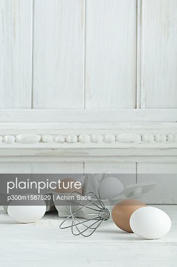 White and brown eggs, wire whisk on wood - p300m1587520 von Achim Sass