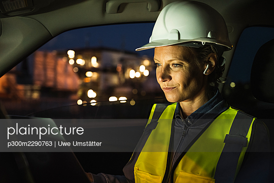 Female professional using laptop while sitting in car - p300m2290763 by Uwe Umstätter