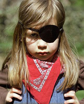 Mädchen mit Augenklappe - p3530151 von Stüdyo Berlin