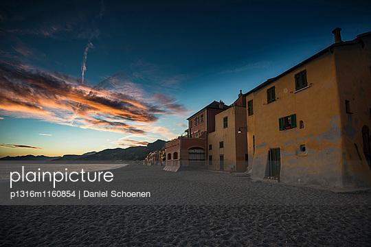 Sonnenuntergang am Strand, Varigotti, Finale Ligure, Provinz Savona, Ligurien, Italien - p1316m1160854 von Daniel Schoenen