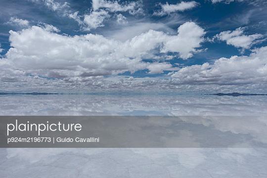 View across Uyuni Salt Flats, Salar de Uyuni, Uyuni, Bolivia. - p924m2196773 by Guido Cavallini