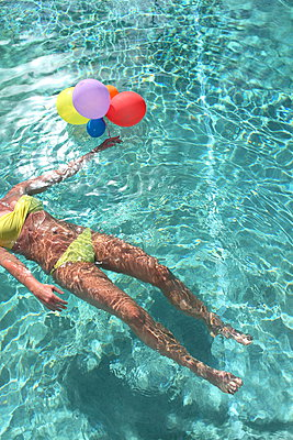 In the pool with balloons - p045m925308 by Jasmin Sander