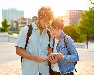 Paar schaut auf Tablet - p1124m1150155 von Willing-Holtz