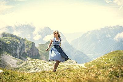 Junge Frau im Dirndl beim Wandern - p1455m1552970 von Ingmar Wein