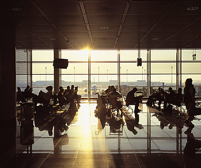 Flugpassagiere im Wartesaal - p2686219 von Sorin Morar