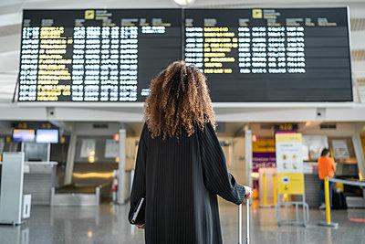 african American woman at the airport, bilbao ,spain - p300m2221682 von SERGIO NIEVAS