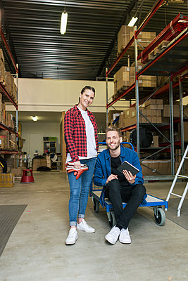 Portrait of smiling colleagues in distribution warehouse - p426m1580263 by Kentaroo Tryman