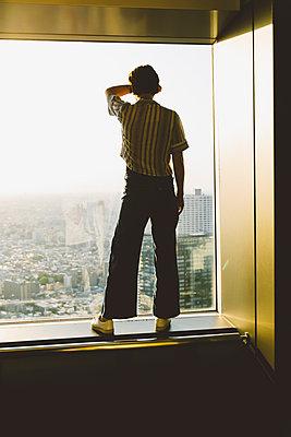 Frau blickt auf Skyline von Tokio - p432m2093402 von mia takahara