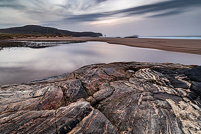 Sandwood Bay, with Am Buachaille sea stack in far distance, Sutherland, Scotland, United Kingdom - p871m2113510 by Bill Ward