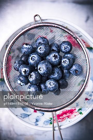 Blueberries - p1149m1515198 by Yvonne Röder