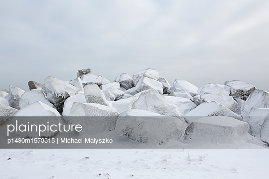 Ice on Rocks - p1490m1578315 by Michael Malyszko