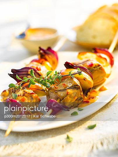 Grill skewer, chicken meat, onion, paprika, sauce, thyme - p300m2012817 von Kai Schwabe