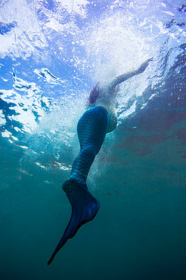 Young pregnant woman in mermaid suit - p1108m1118870 by trubavin