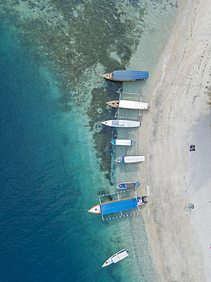 Boats on beach, aerial view - p1108m2128037 by trubavin