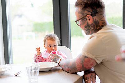 Familie am Küchentisch - p1212m1440505 von harry + lidy