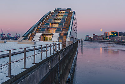 Germany, Hamburg, Dockland, modern office building at moonset - p300m1568134 von Kerstin Bittner