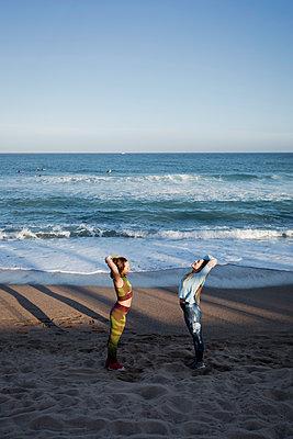 Women during workout on the beach - p300m2004157 von Mauro Grigollo