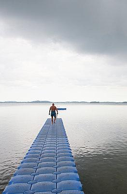 Blauer Bootssteg - p762m1109423 von Bodo Krug