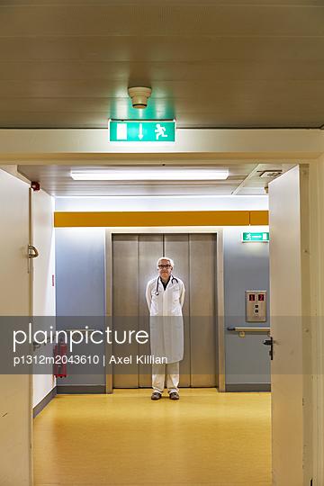 Arzt vor einem Aufzug - p1312m2043610 von Axel Killian