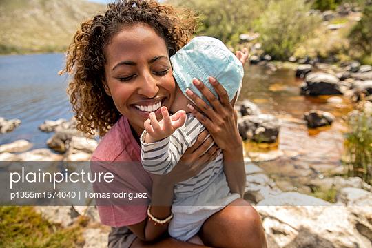 Porträt Babysitter und Baby - p1355m1574040 von Tomasrodriguez