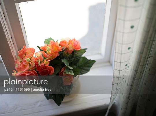 Plastikblumen auf der Fensterbank - p945m1161595 von aurelia frey