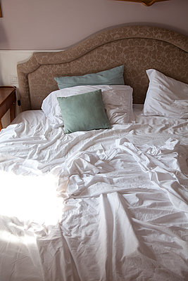 Bett und Laken - p1356m1475028 von Markus Rauchenwald