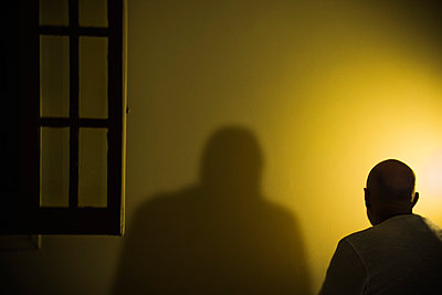 Schatten eines Mannes an der Wand - p1418m1571940 von Jan Håkan Dahlström