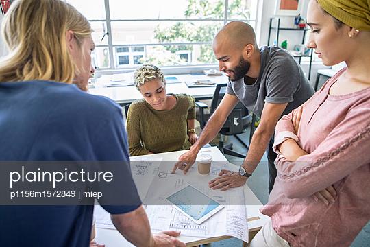 Junge Leute, Präsentation - p1156m1572849 von miep
