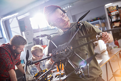 Male designer assembling drone in workshop - p1023m1486413 by Agnieszka Olek