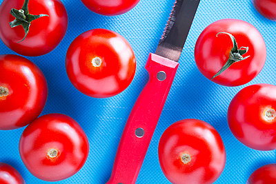 Tomatoes and kitchen knife - p1149m2141383 by Yvonne Röder
