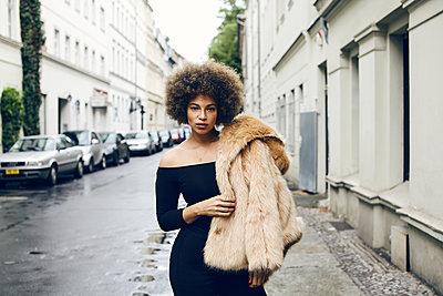 Junge Frau auf Straße - p1301m1466427 von Delia Baum