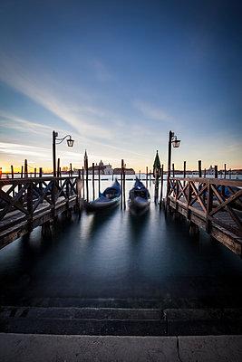 Sonnenaufgang in Venedig - p1512m2054286 von Katrin Frohns